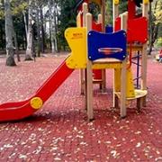 Детская площадка с основанием из брусчатки